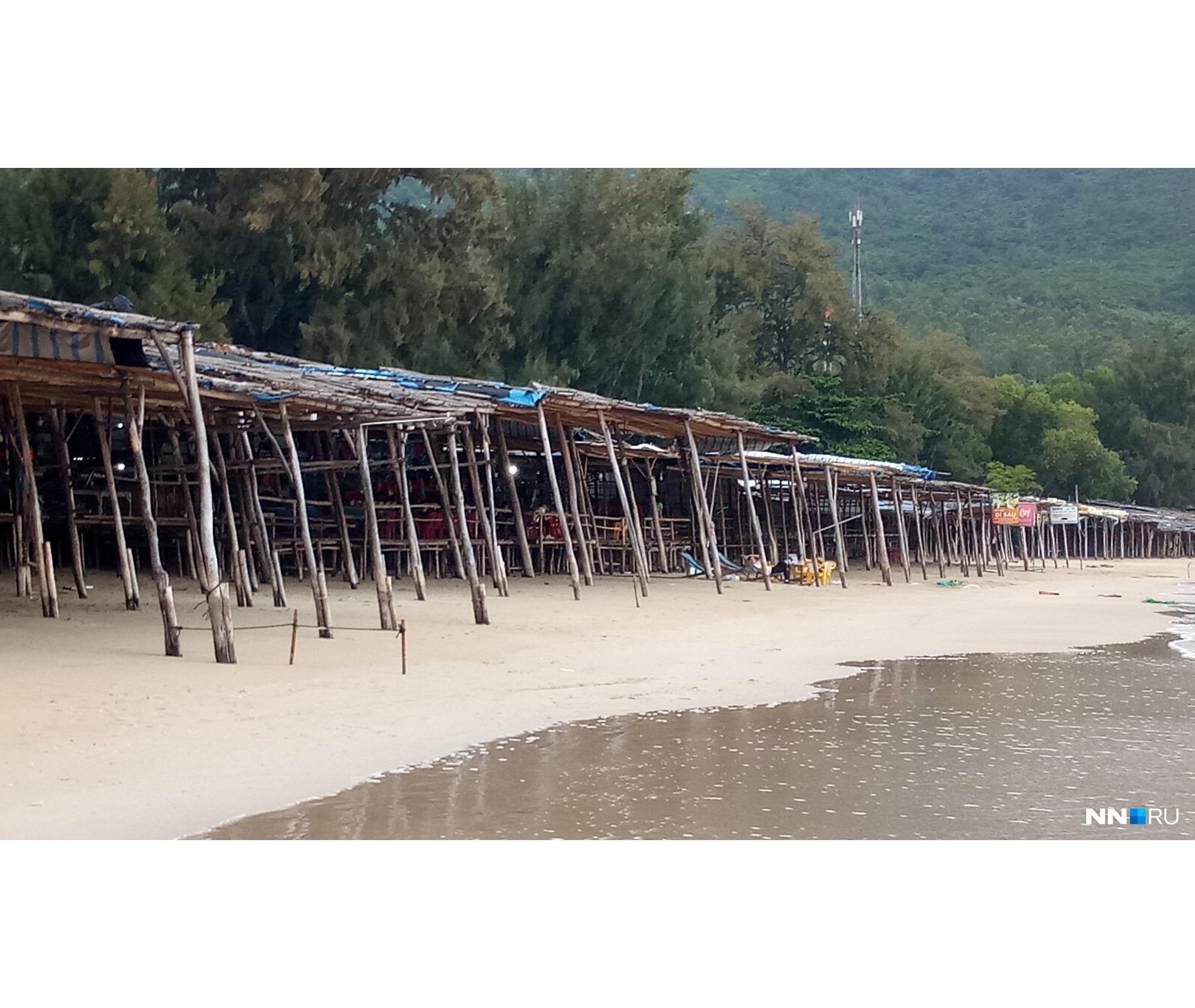 Торговые ряды на пляже для местных<br>