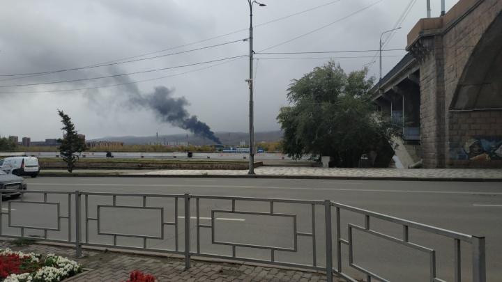 Гигантский столб дыма от мощного пожара на правом берегу накрыл Красноярск