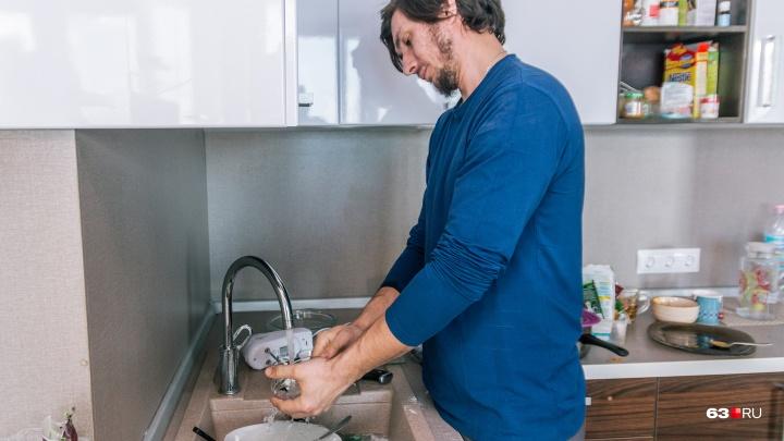 Мужчина vs женщина: кому дома мыть полы?