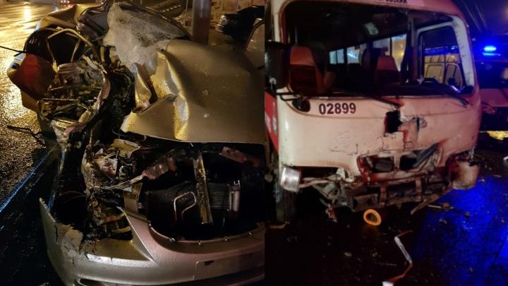 Смертельная авария: на Северном автомобиль врезался в маршрутку