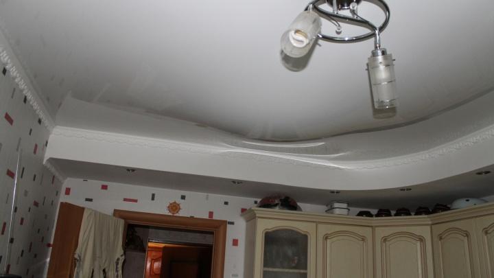 «Отвисли натяжные потолки»: жители двухэтажки в Зареке жалуются на ремонт крыши их дома