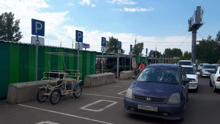 Велопрокатчики Татышева занимают инвентарем парковки для инвалидов