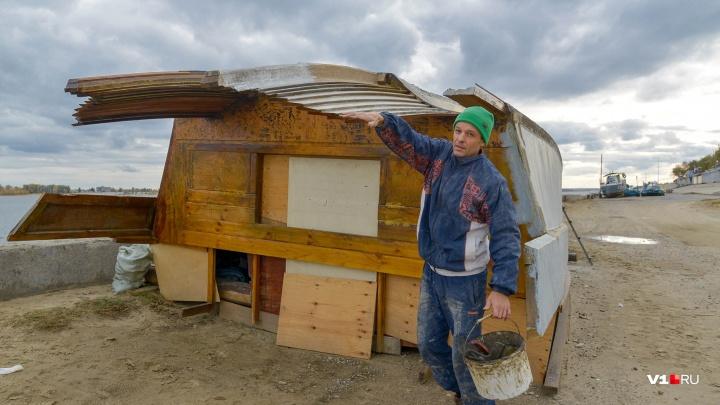 """«Живу в своем """"Бамбуке""""»: волгоградец отложил спуск корабля-ковчега на воду до весны"""