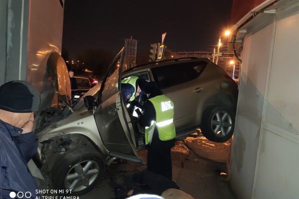 Машина на огромной скорости влетела в здание пиццерии «Додо Пицца» на Салютной, 2