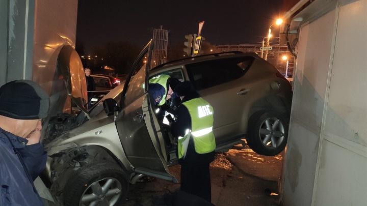 «За машиной была погоня»: в Челябинске Nissan Murano на огромной скорости влетел в здание пиццерии