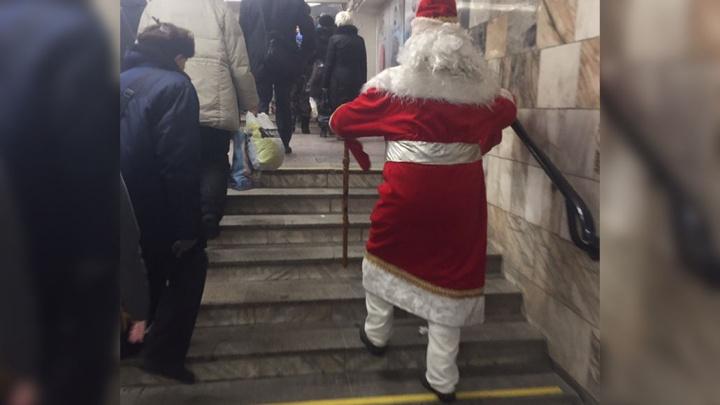 В метро заметили пассажира в костюме Деда Мороза