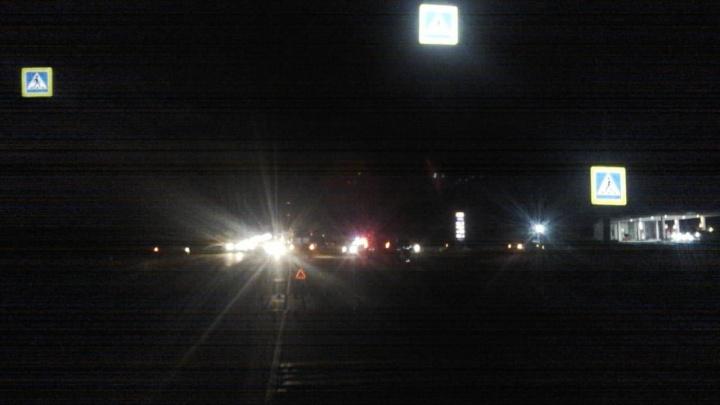 Пешеход пошёл в темноте через Чуйский тракт и попал под фургон