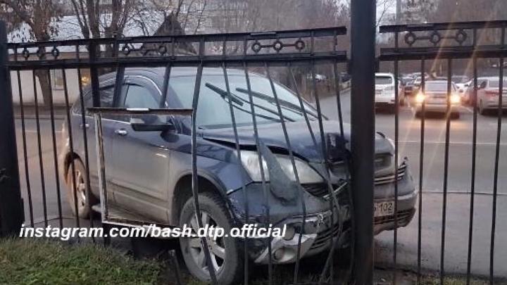 Кроссовер протаранил ограду управления МВД в Уфе, момент удара попал на видео
