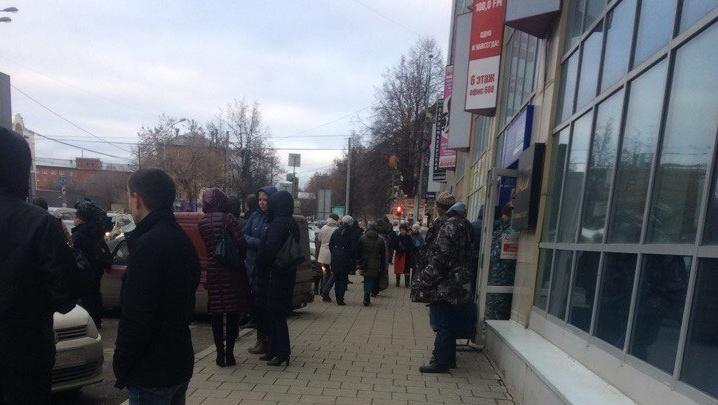«В одном из отделов загорелся кулер»: очевидцы рассказали, почему эвакуировали пермский ТЦ «Алмаз»