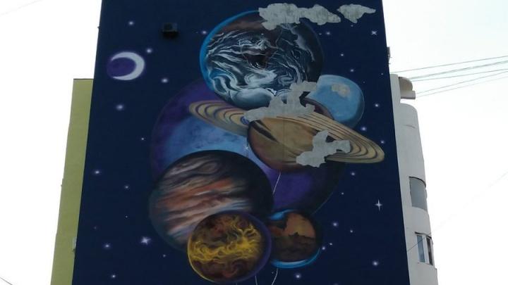 Не прошло и года: с граффити на фасаде дома на Ново-Садовой осыпалась краска