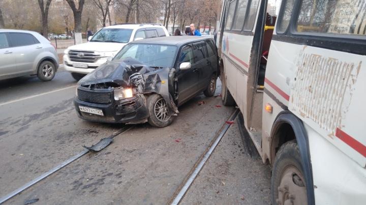 Лихой разворот: пассажиры автобуса пострадали в ДТП рядом с ТЦ «Аврора»