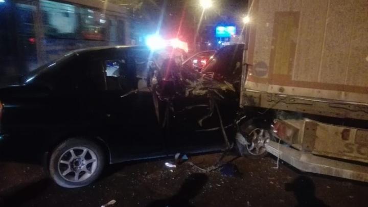 «Тойоту Платц» смяло в аварии с припаркованной фурой на Титова