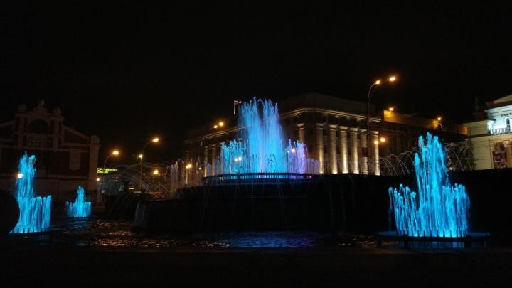 Фонтан в Первомайском сквере украсили разноцветной подсветкой