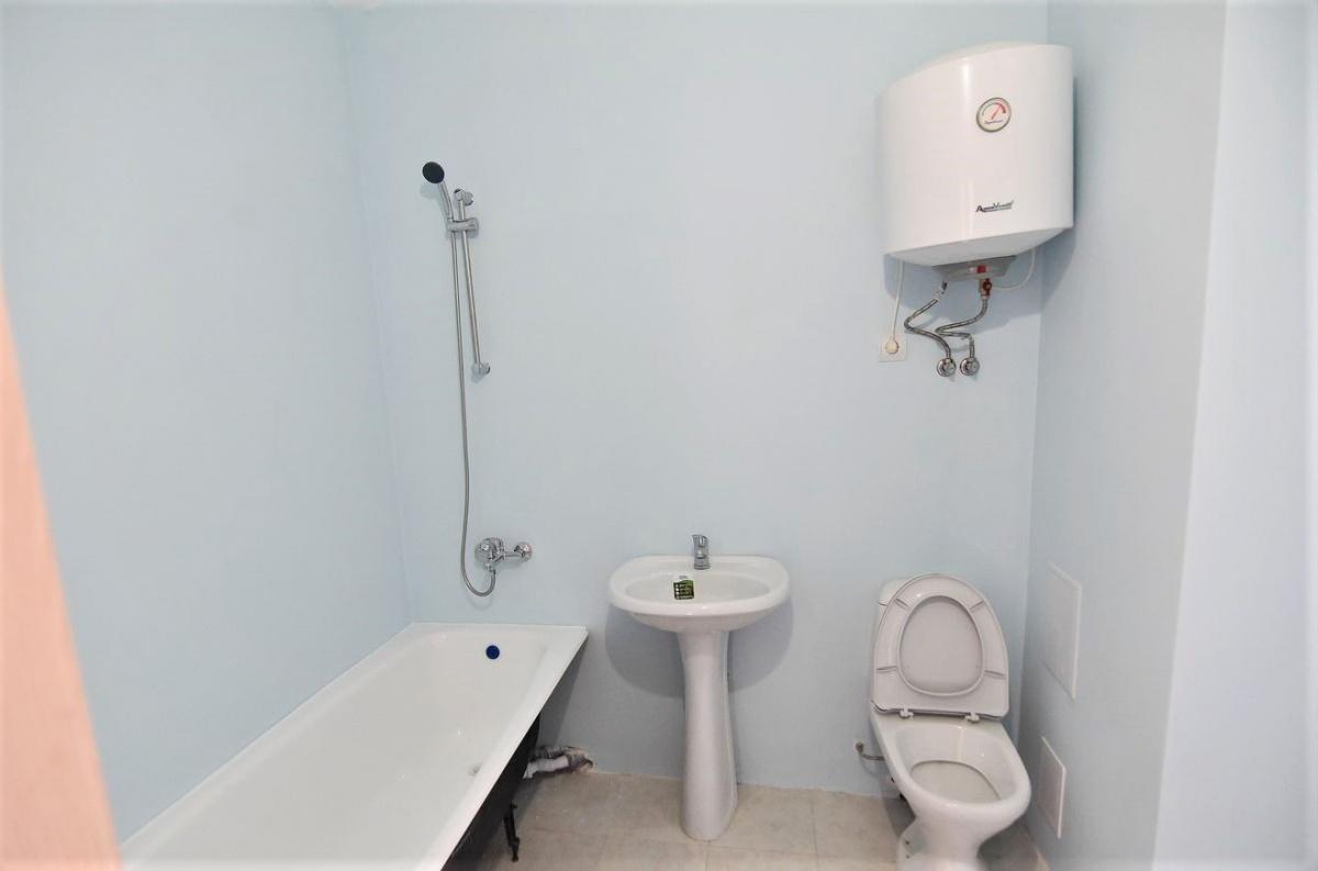 В санузле установлена вся сантехника. Трубы заштроблены в стены, кстати, цвет стен можно выбрать на свой вкус