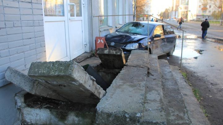 На улице Шубина иномарка влетела в крыльцо магазина: трое пострадавших