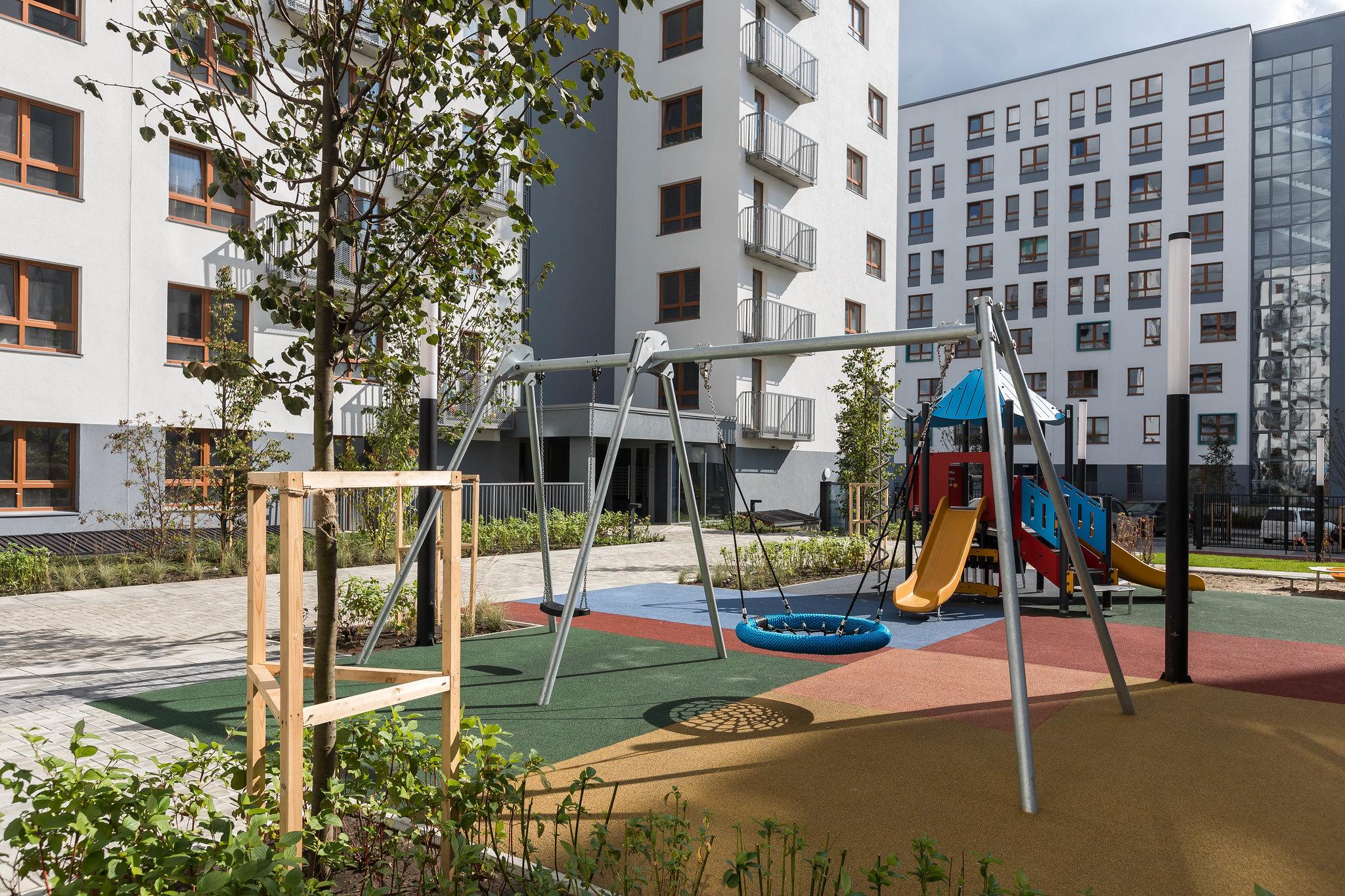 Двор без машин. Детям безопасно играть. Взрослым есть где отдохнуть и пообщаться с друзьями и соседями