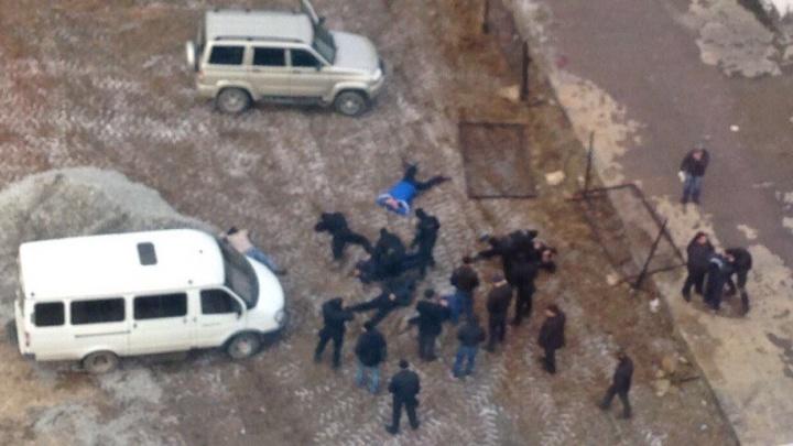 """""""ОМОН ловит на парковке не пойми кого"""": жители Автовокзала сняли на видео задержание со стрельбой"""