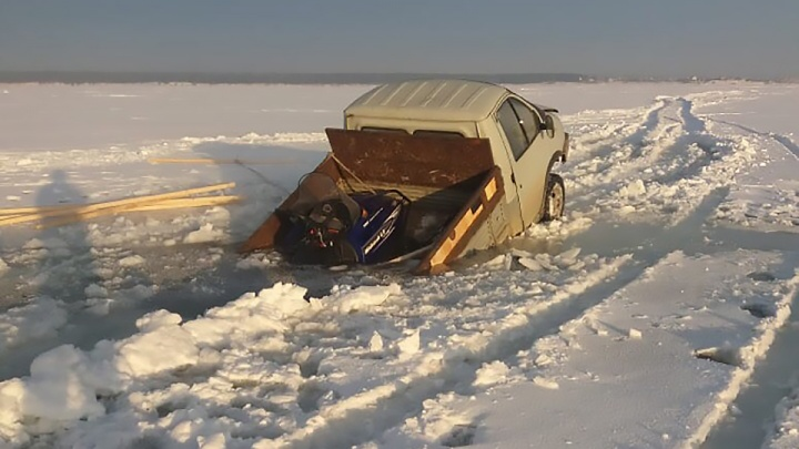 «Газель» провалилась под лёд на Обском водохранилище
