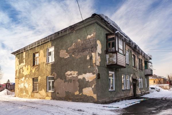 Семья с ребёнком-инвалидом живёт в доме, где не могут вывести плесень и рушится потолок