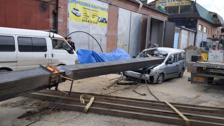 Строительный кран рухнул на «Тойоту» под Новосибирском