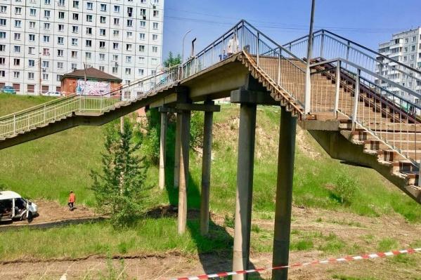 Мост проходит над ж/д путями, где когда-то ходила электричка на завод