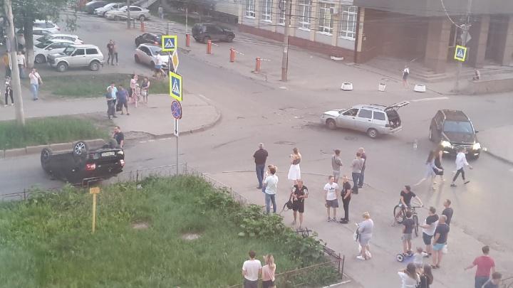 НаЕрошевского — Скляренко автомобиль «Рено» перевернулся на крышу после ДТП с ВАЗ-2111