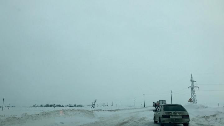 «Проехать не можем»: трассы Волгоградской области засыпало снегом