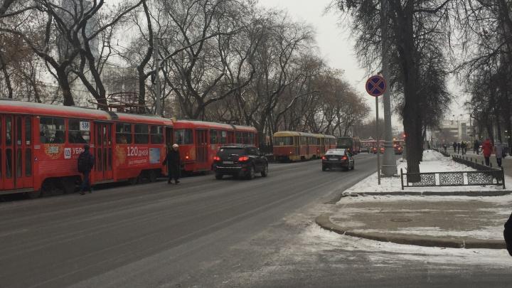 На проспекте Ленина встали трамваи