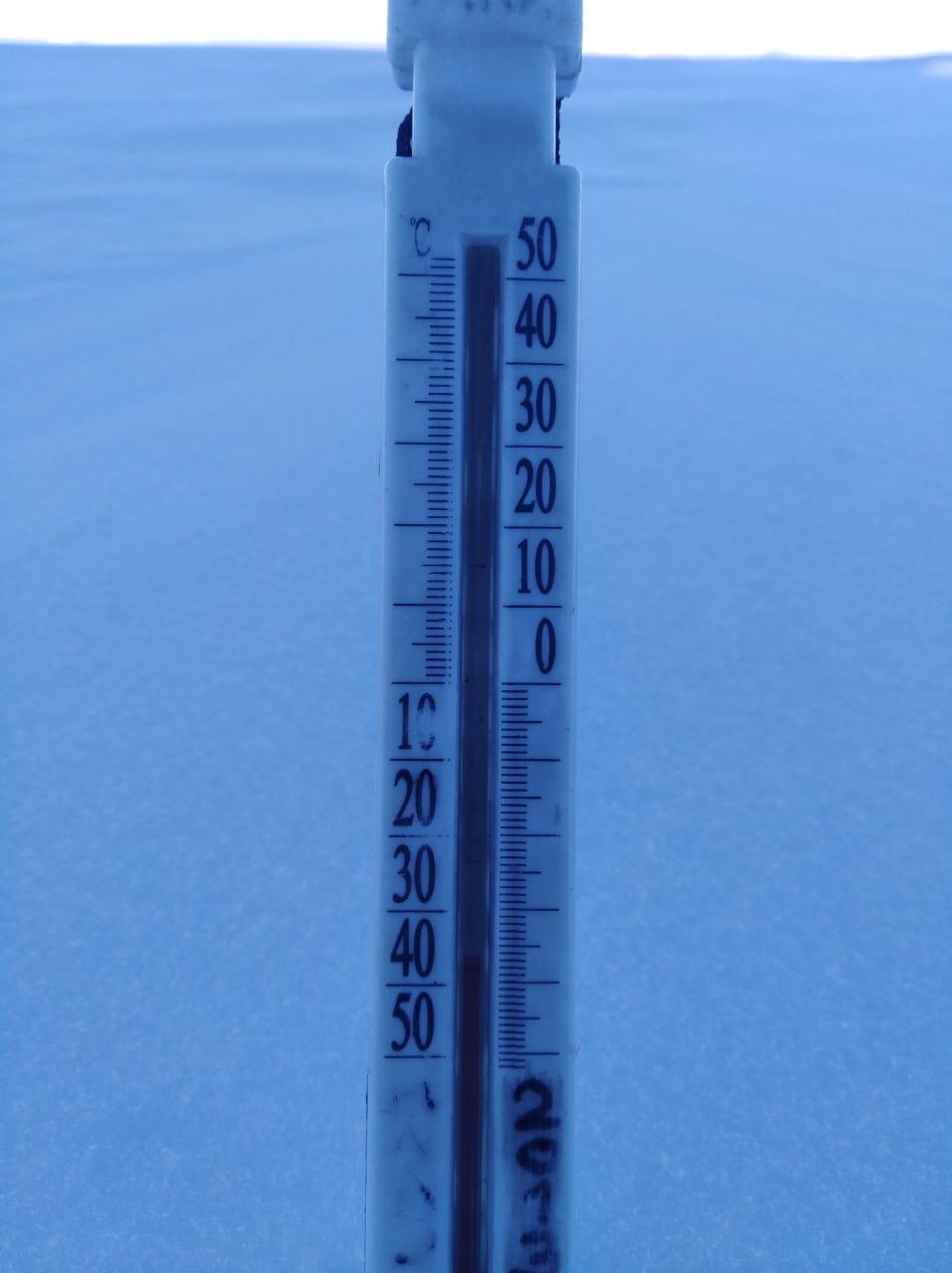 А это температура под куполом. Вся центральная часть Антарктиды находится под ледяным куполом, толщина льда в среднем около 3 км