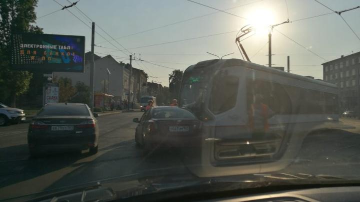 В центре Ростова трамвай протаранил Chevrolet