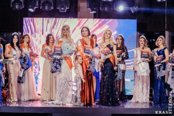 Красноярская мама в центре побеждает конкурс красоты