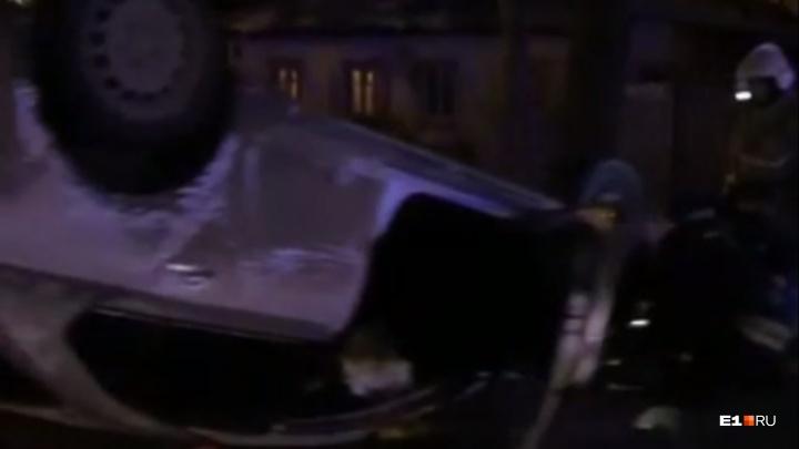 «Человек лежит на обочине»: на Шаумяна автомобиль врезался в столб и перевернулся на крышу