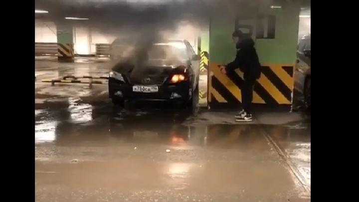Огнетушитель был бесполезен: появилось видео горящей машины, из-за которой эвакуировали ТЦ «Алатырь»