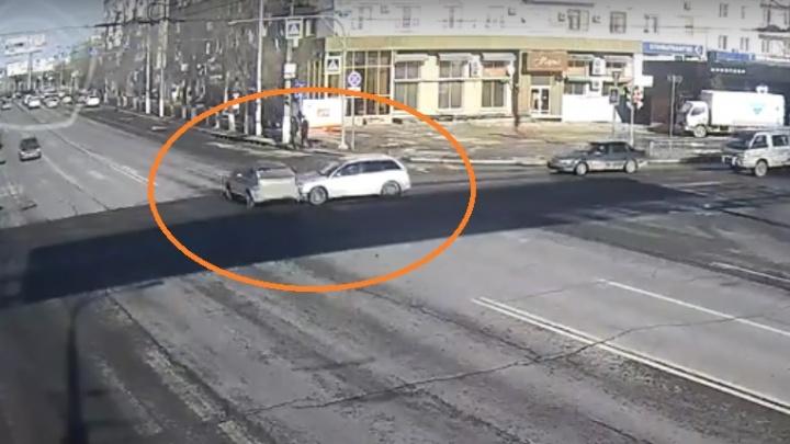 Летелна красный и чуть не снес людей: на перекрестке у Комсомольского моста столкнулись кроссоверы
