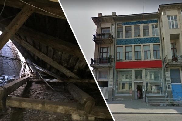 Особняк в историческом центре Самары стоит с «поехавшей» крышей почти три месяца