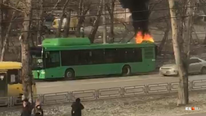 «6–7 огнетушителей в него высадили»: на Амундсена на ходу загорелся автобус