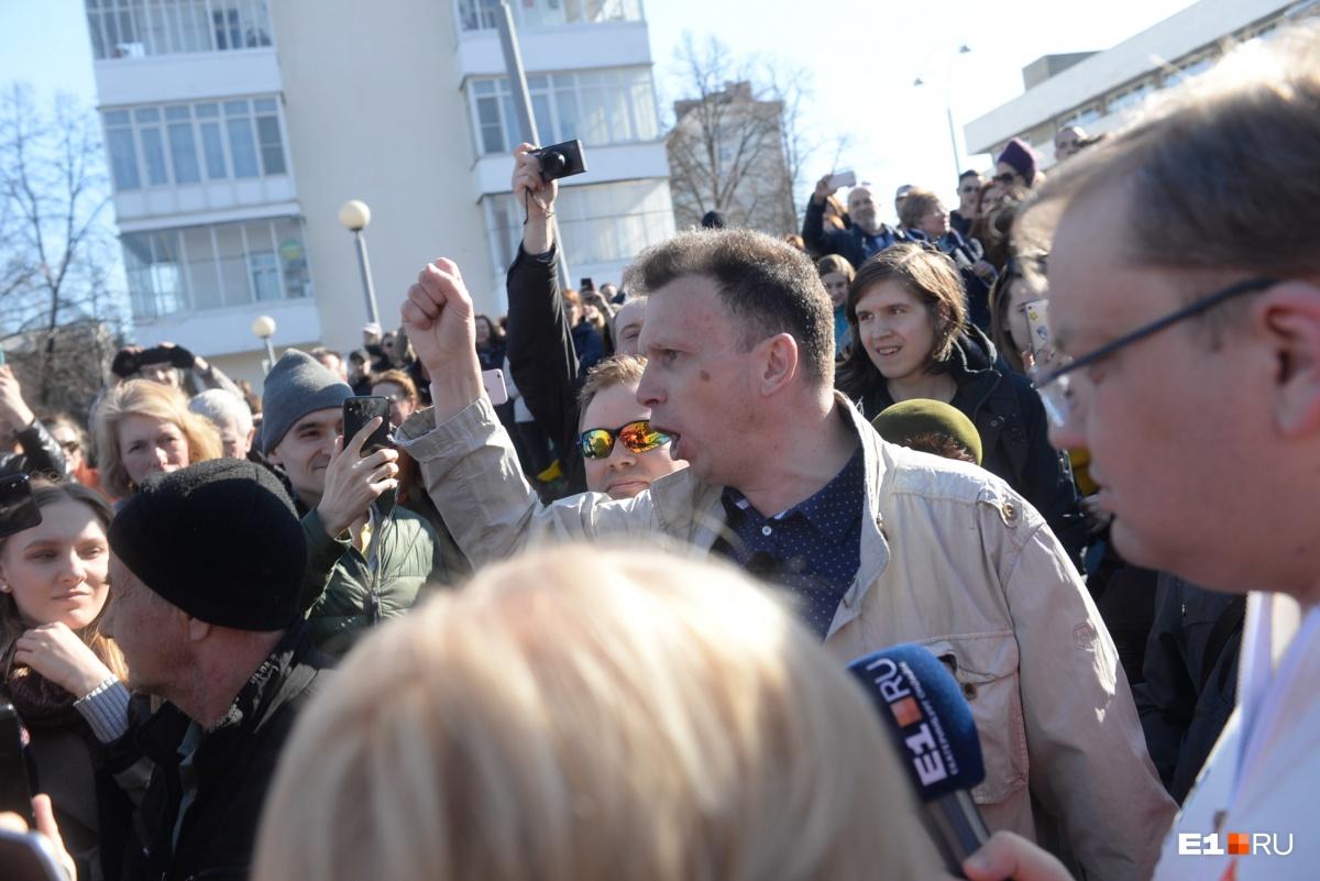 Это Иннокентий Шеремет, которого участники протестной акции выгоняли под крики: «Пошел вон!»