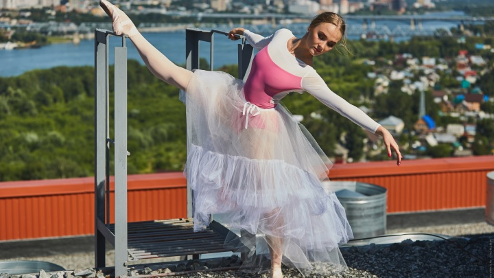 Новосибирская балерина станцевала на крыше высотки ради фотосессии