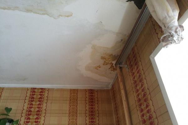 Дырявые крыши и неубранный снег приводят к плачевным последствиям для жителей квартир на верхних этажах. Вот что увидели жителиСоветской, 88