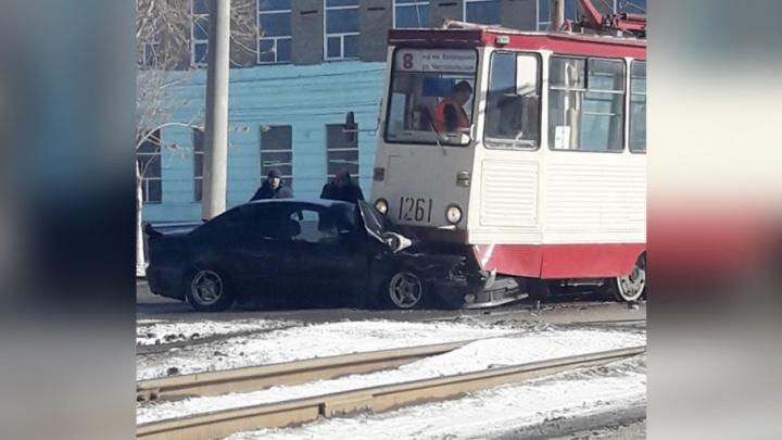 Третий раз за неделю: в Челябинске иномарка, проехав на красный, попала под трамвай