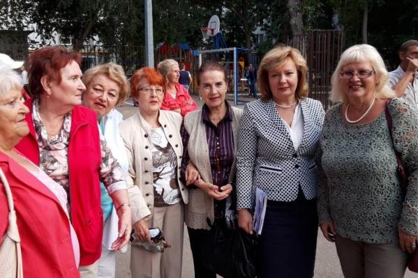 Врио главы района Елена Бондаренко (вторая справа) стала одним из претендентов на пост