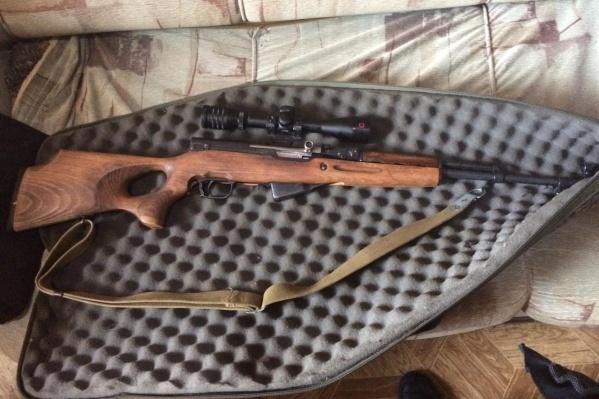 В автомобиле задержанных нашли оружие