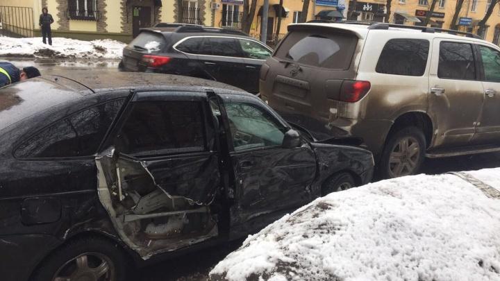 В центре Ярославля столкнулись четыре машины: есть пострадавшие