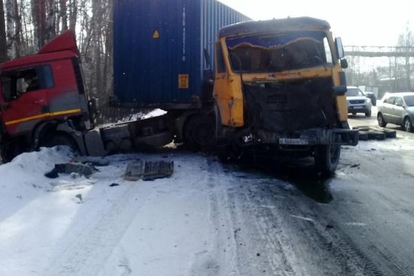Столкнулись два грузовика и три легковушки