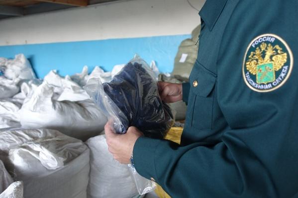 Таможенники вручную отделяют контрабанду от легально ввозимых товаров