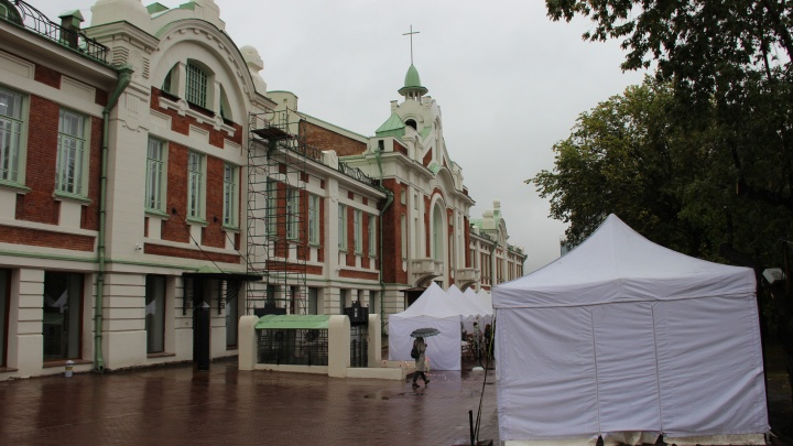 В Первомайском сквере поставили белые палатки с книгами