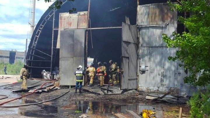 Огонь охватил склад с красками: на территории банкротящегося завода «Нефтемаш» вспыхнул пожар