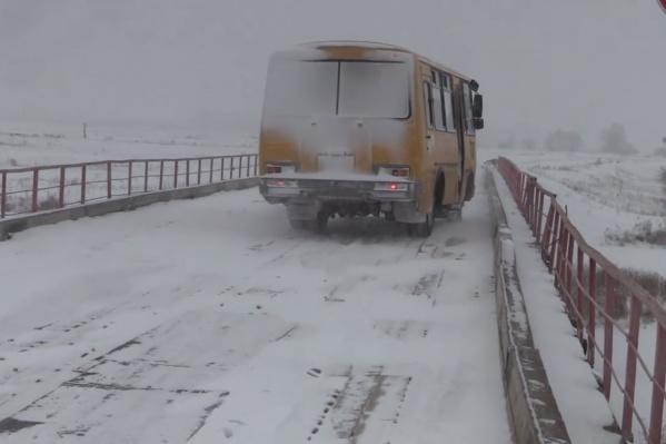 Автобус объезжает дыры на деревянном мосту