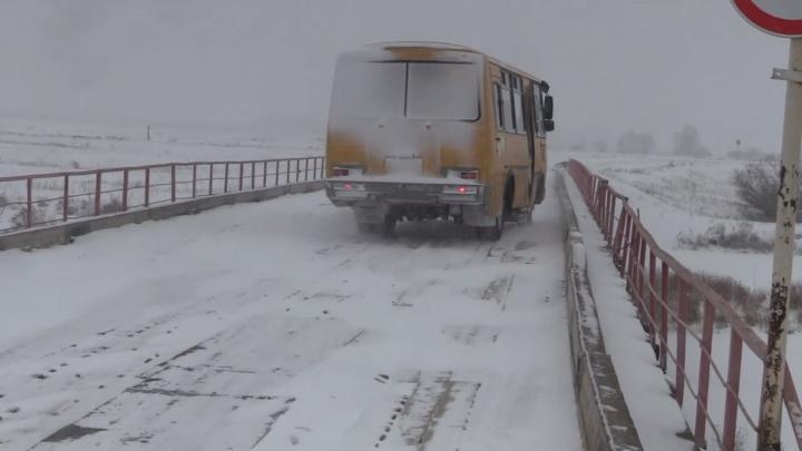 В Курганской области отремонтируют опасный мост, по которому перевозили школьников