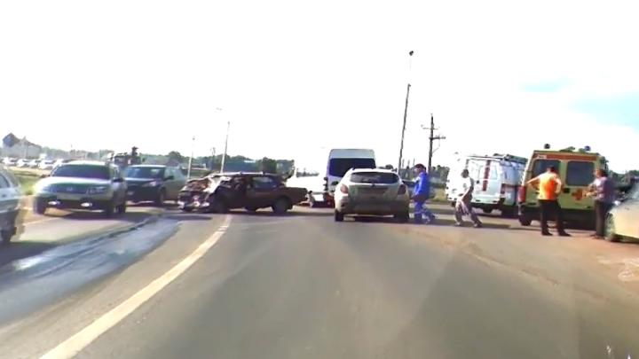 ДТП на перекрестке в Уфе парализовало трассу М-5: есть пострадавшие